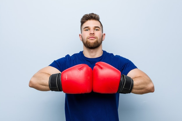 ボクシンググローブを着ている若い男