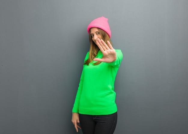 Молодая русская девушка кладет руку перед