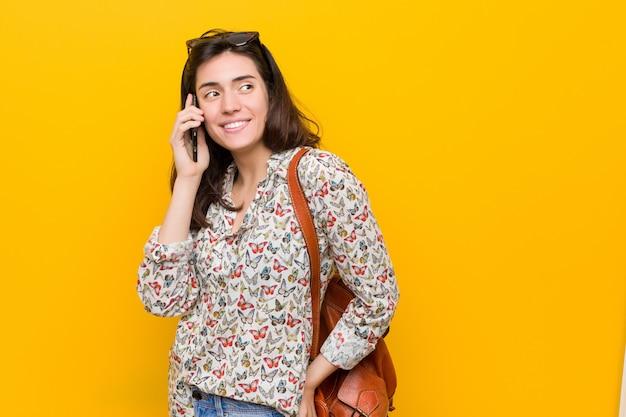 電話を保持している若い白人女性