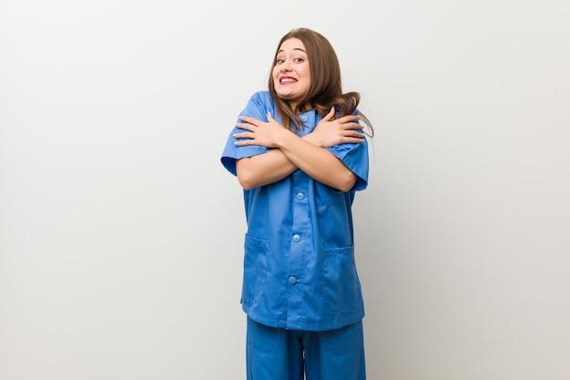 低温や病気のために寒くなる白い壁に若い看護婦さん。