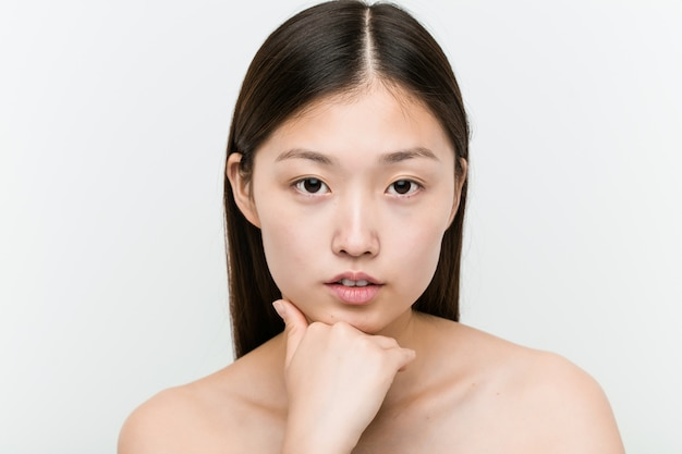 Крупным планом молодой красивой и естественной азиатской женщины