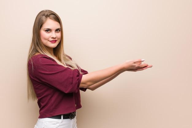 手で何かを保持している若いロシア人女性