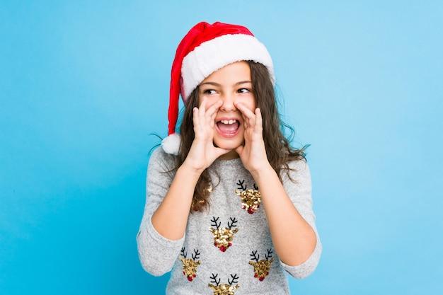 Маленькая девочка празднует рождество кричать возбужденных на фронт.