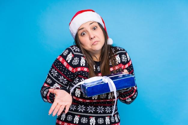 クリスマスを祝う若い女性