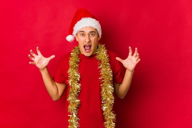 怒りで叫んでクリスマスの日に若い男。