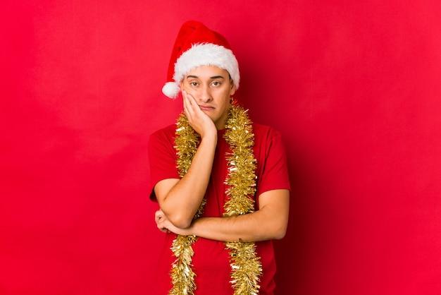 クリスマスの日に退屈して、疲れて、リラックスした日を必要とする若者。