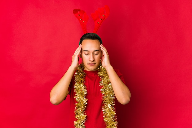 Молодой человек на рождество рождество трогательно храмы и головная боль.