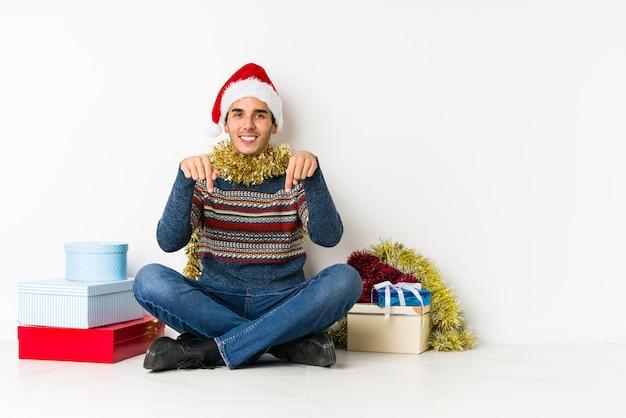 クリスマスの日に若い男が秘密のホットブレーキニュースを言って、よそ見