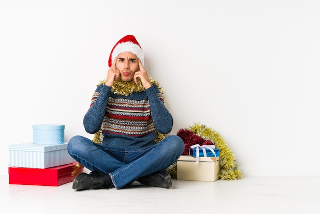 彼女はお金がないことを示すクリスマスの日に若い男。