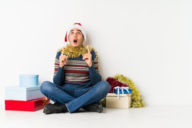 クリスマスの日に若い男がショックを受けて、彼女は重要な会議を覚えています。