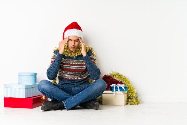Молодой человек на рождество, празднование особого дня, прыжки и поднять руки с энергией.