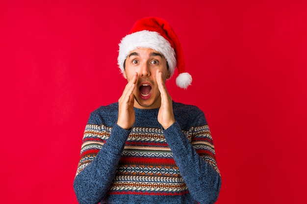 Молодой человек на рождество пытается слушать сплетни.