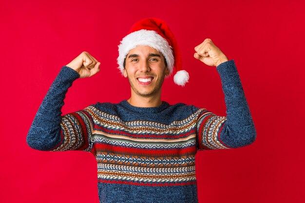 Молодой человек на рождество имея идею, концепцию воодушевленности.