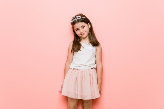 プリンセスを着ている少女は幸せ、笑顔と陽気に見える