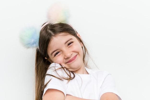 Маленькая кавказская девушка с костюмом и аксессуарами с удовольствием