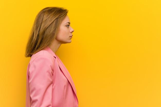 Молодой модный бизнес женщина смотрит влево