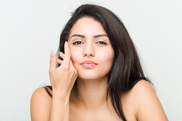 若い美しい、自然なヒスパニック系女性のクローズアップ
