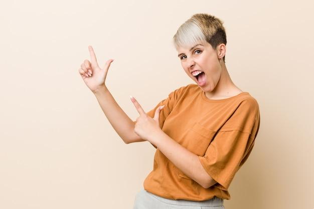 Молодая женщина плюс размер с короткими волосами, указывая указательными пальцами