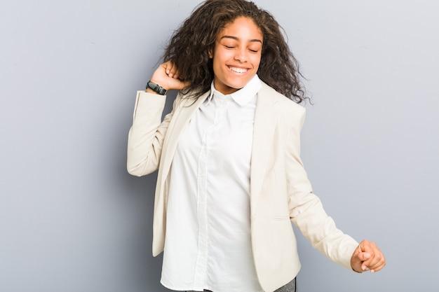 若いアフリカ系アメリカ人ビジネスの女性ダンスと楽しい時を過す