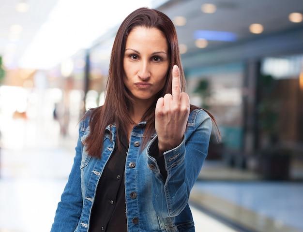 Женщина с поднятыми сердца палец