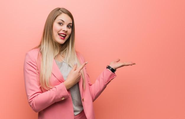 Молодая русская женщина в пижаме держит что-то рукой