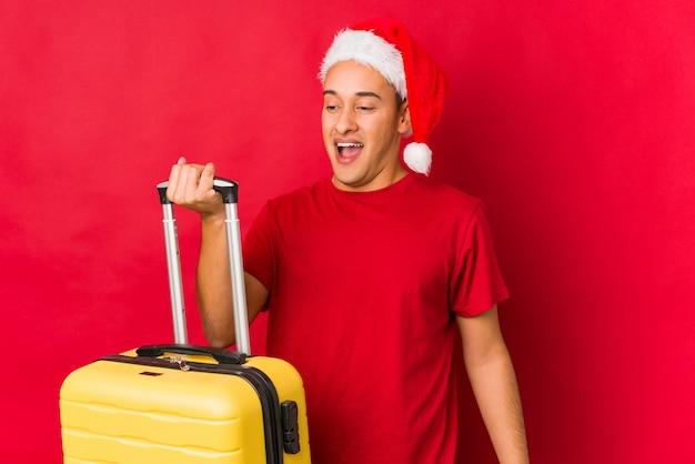 クリスマスの日に贈り物を持って若い男
