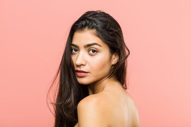 Крупным планом молодая красавица и натуральная арабская женщина позирует