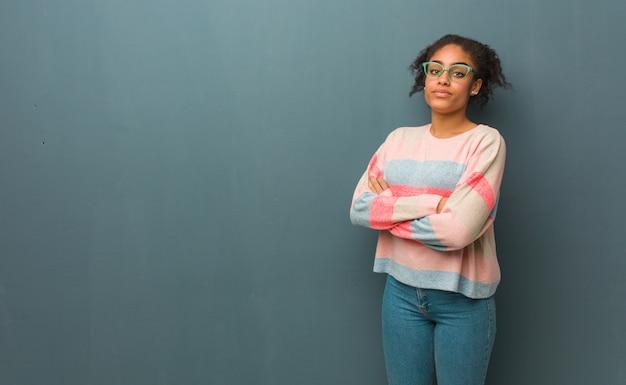 Молодая девушка афроамериканцев с голубыми глазами, глядя прямо перед собой