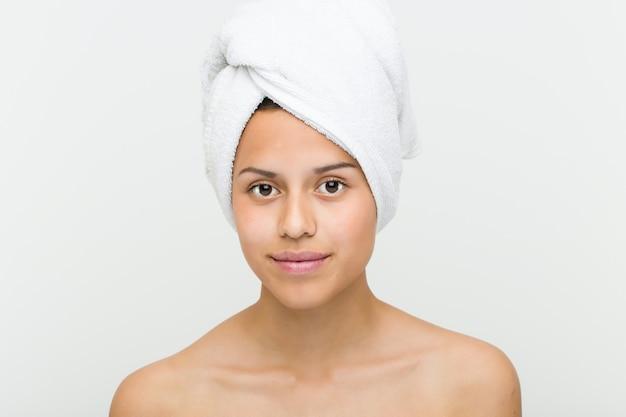 彼女の頭にタオルで美しく、自然なヒスパニック系の若い女性のクローズアップ