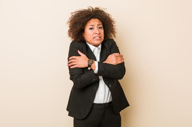 低温または病気のために寒くなる若いビジネスアフリカ系アメリカ人女性。