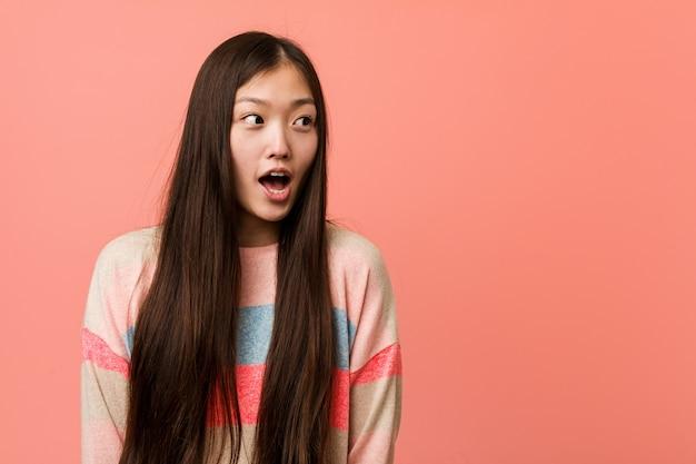 彼女が見た何かのためにショックを受けている若いクールな中国人女性。