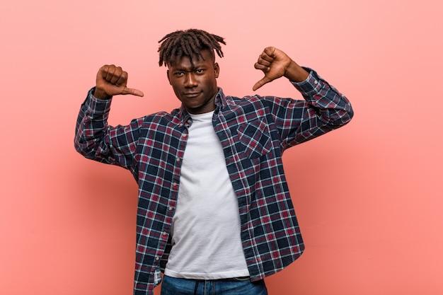アフリカの若い黒人男性は、誇りと自信を持っていると感じています。