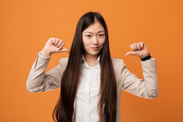 若いビジネス中国の女性は、誇りと自信を持っていると感じています。