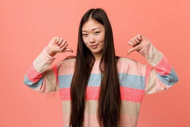 若いクールな中国人女性は誇りと自信を持っていると感じています。