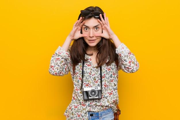成功の機会を見つけるために目を開いている若いブルネットの旅行者の女性が開かれました。