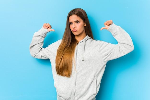 Молодая спортивная женщина чувствует себя гордой и уверенной в себе, пример для подражания.