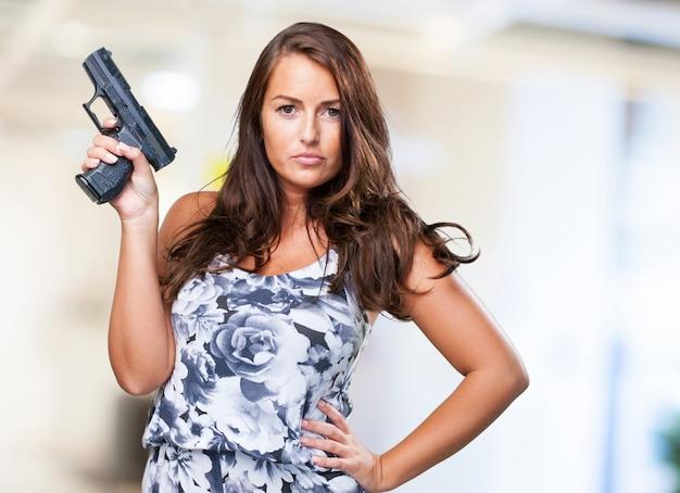 Довольно мафией женщина, держащая пистолет