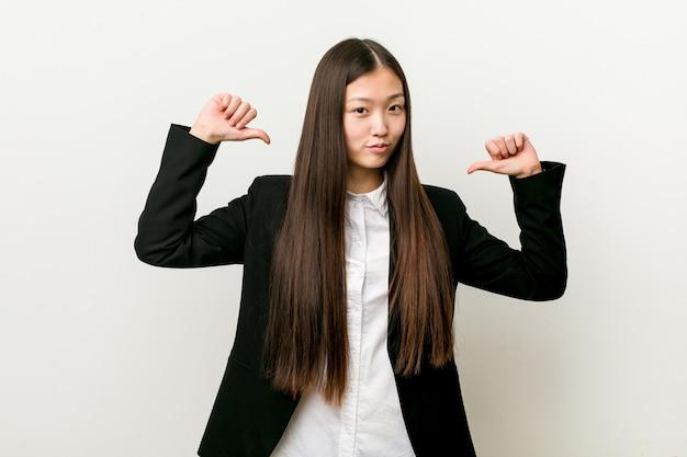 若いかなり中国のビジネス女性は誇りに思って、自信を持って、次の例です。