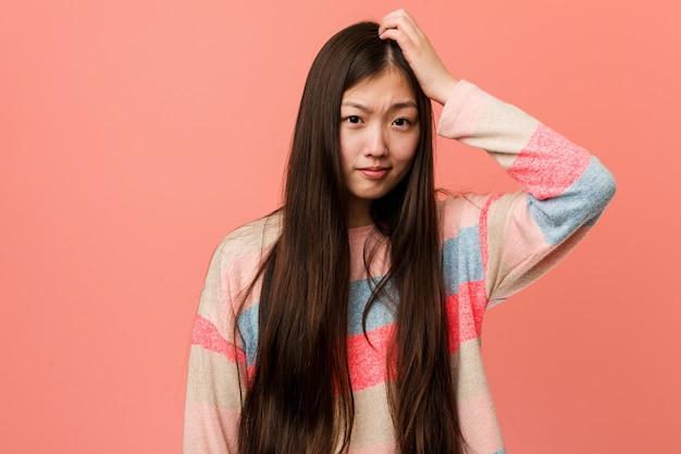 ショックを受けている若いクールな中国人女性、彼は重要な会議を覚えています。