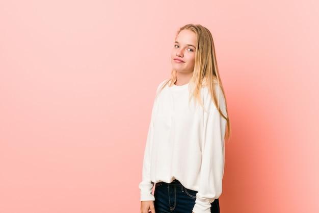 Молодая блондинка подросток женщина мечтает о достижении целей и задач