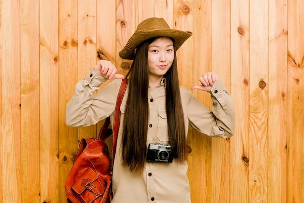 若い中国人旅行者の女性は、誇りと自信を持っていると感じています。