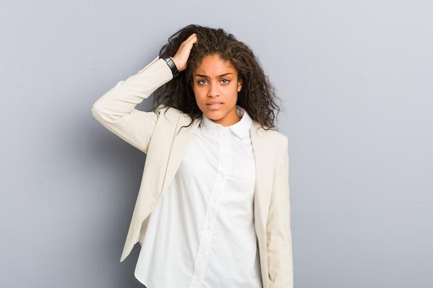 ショックを受けている若いアフリカ系アメリカ人ビジネスウーマンは、彼女は重要な会議を覚えています。