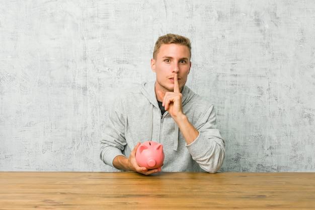 若い男が秘密を守るか沈黙を求めて貯金箱でお金を節約します。