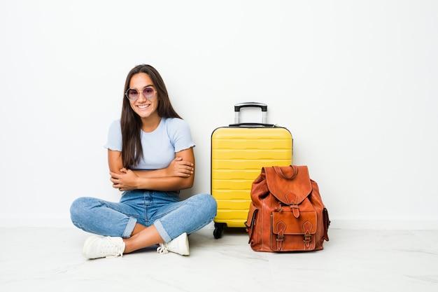 Молодая индийская женщина смешанной расы готовы пойти путешествовать, смеясь и весело.