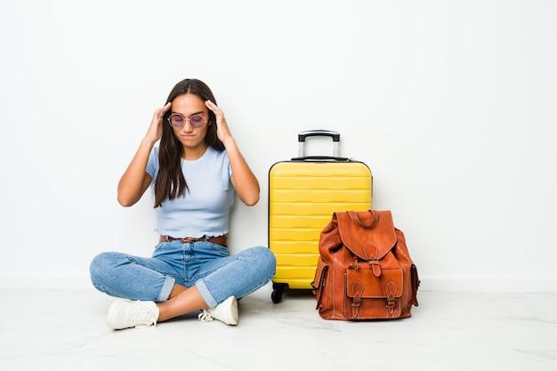 Молодая индийская женщина смешанной расы готова пойти путешествовать трогательные храмы и имея головную боль.