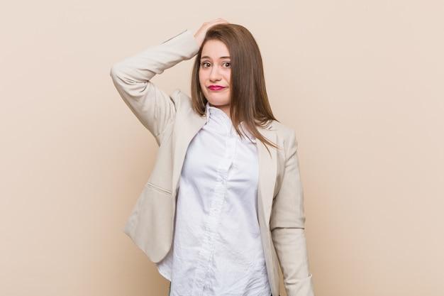 若いビジネス女性がショックを受けて、彼女は重要な会議を覚えています。