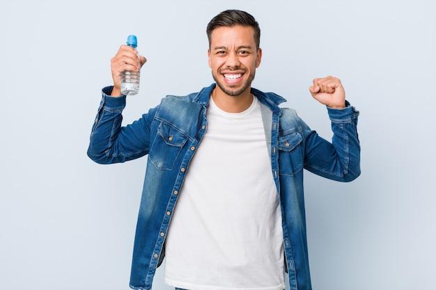 Молодой человек питьевой воды