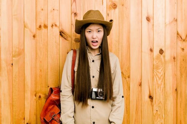 非常に怒って攻撃的な若い中国人旅行者の女性。