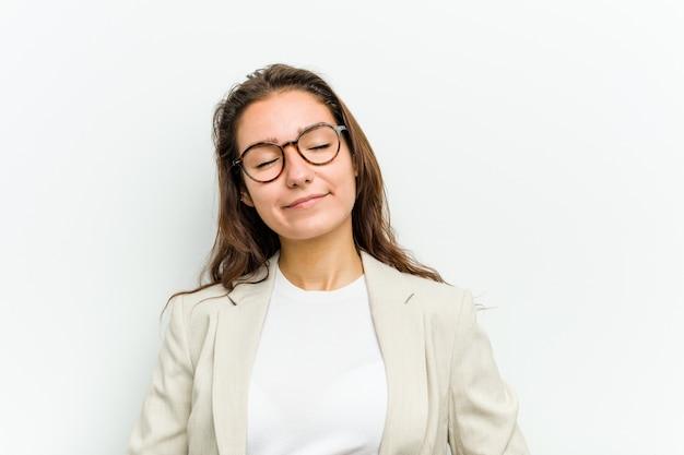 若いヨーロッパのビジネス女性はおなかに触れ、優しく微笑み、食事と満足の概念。
