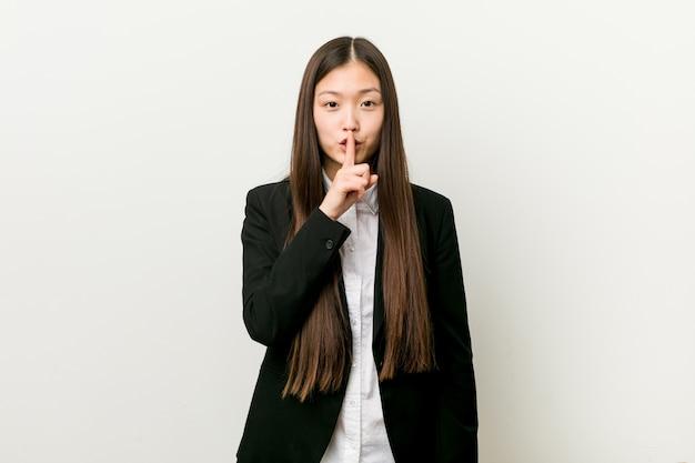 若いかなり中国のビジネス女性が秘密を守るか沈黙を求めています。